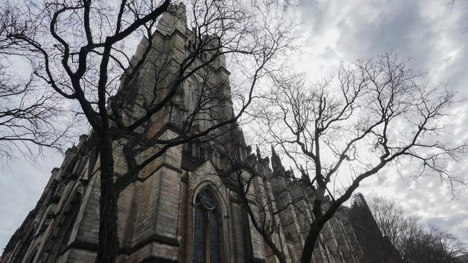 Katedral St. John the Divine yang akan menjadi rumah sakit lapangan untuk menangani pasien virus corona (Covid-19) di New York, 7 April 2020. Gereja yang dikenal sebagai Katedral Gotik terbesar di dunia itu diestimasi dapat menampung sembilan tenda medis di ruang bawah tanah. (Bryan R. Smith/AFP)
