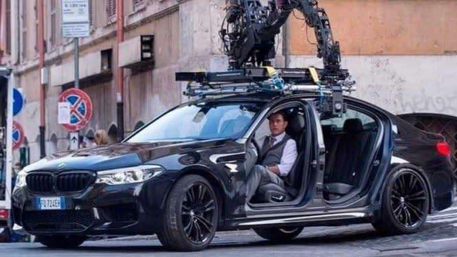 Sedan BMW M5 Tanpa Pintu Dipakai Kebut-kebutan di Gang Sempit