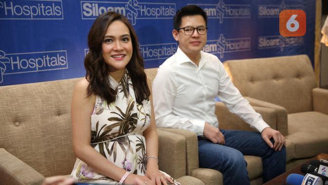 Shandy Aulia dan David Herbowo preskon kelahiran anak pertama, Jumat, (14/2/2020) di Rumah Sakit Siloam, Jakarta Selatan. (Adrian Putra/Fimela.com)
