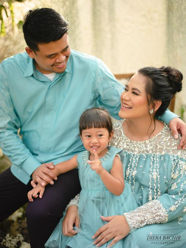 Presiden Jokowi tidak lama lagi akan tambah cucu. Ya, anak Jokowi dan Ibu Iriana, Kahiyang Ayu kini tengah mengandung anak kedua. Hal itu terlihat dari pemotretan kehamilan yang diunggah di akun instagram @dierabachir. (Instagram/doleytobing)