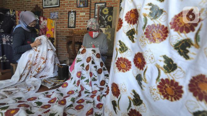Warga menyelesaikan pembuatan batik tulis di Batik Bumiku di Kampung Batik Cibuluh, Kota Bogor, Senin (21/09/2020). Menyiasati dampak ekonomi akibat pandemi COVID-19, mereka membuat masker batik buatan tangan. (merdeka.com/Arie Basuki)