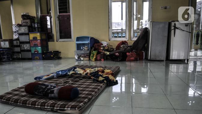 Barang berharga milik warga saat diungsikan di masjid di kawasan RW 07 Rawajati, Kecamatan Pancoran, Jakarta, Selasa (22/9/2020). (merdeka.com/Iqbal S. Nugroho)