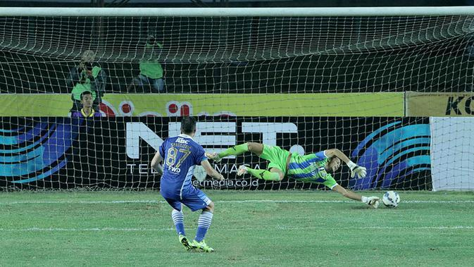 Ilija Spasojevic gagal mencetak gol melalui penalti dalam turnamen Piala Presiden 2015 di Stadion Si Jalak Harupat, Bandung. Rabu (2/9/2015). (Bola.com/Peksi Cahyo)