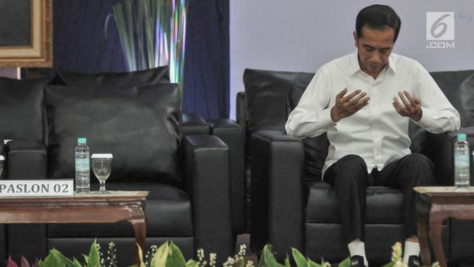 Presiden terpilih Jokowi berdoa saat Rapat Pleno Terbuka Penetapan Presiden dan Wakil Presiden Terpilih Pemilu 2019 di Gedung KPU, Jakarta, Minggu (30/6/2019). KPU menetapkan Joko Widodo dan Ma'ruf Amin sebagai Presiden-Wapres Terpilih dengan total 85.607.362 suara. (merdeka.com/Iqbal S Nugroho)