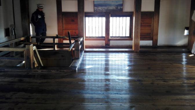 Ini adalah lantai puncak Kastil Matsumoto atau lantai enam. Lantai ini pada masanya digunakan untuk memantau pergerakan musuh yang mendekat ke benteng Matsumoto (Andry Haryanto/Liputan6.com)