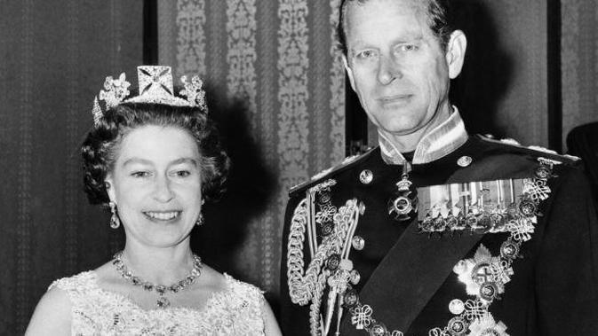 Ratu Elizabeth dan Pangeran Philip merayakan HUT pernikahan ke-25 pada 1972. (Sumber AFP)
