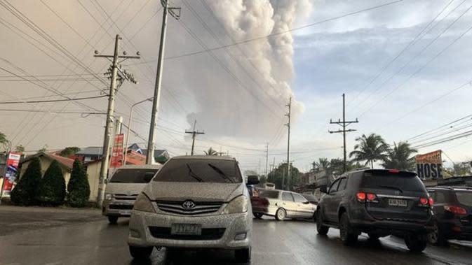 Abu sudah mulai jatuh di daerah sekitar gunung berapi. (Liputan6/BBC/EPA)