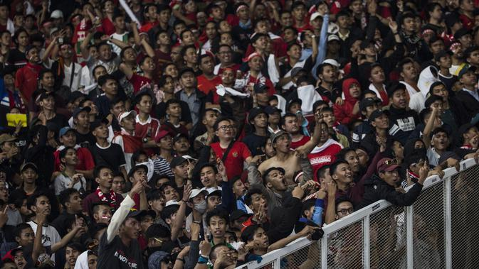 Suporter Timnas Indonesia melakukan provokasi ke suporter Malaysia pada laga Kualifikasi Piala Dunia 2022 di SUGBK, Jakarta, Kamis (5/9). Indonesia kalah 2-3 dari Malaysia. (Bola.com/Vitalis Yogi Trisna)