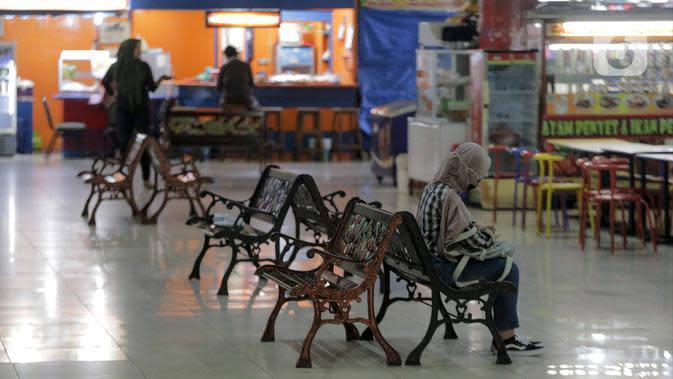 Suasana pada pusat kuliner di kompleks Pasaraya Blok M, Jakarta, Selasa (24/3/2020). Adanya imbauan pemerintah untuk tidak beraktivitas di luar rumah, membuat sejumlah pemilik toko memilih menutup usahanya sementara waktu mengantisipasi meluasnya penyebaran COVID-19. (Liputan.com/Faizal Fanani)