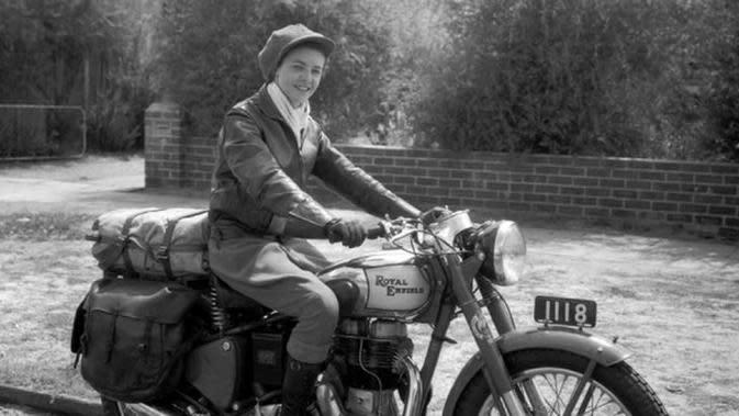 Bernyali, Lady Biker Ini Terjang Padang Pasir yang Panas