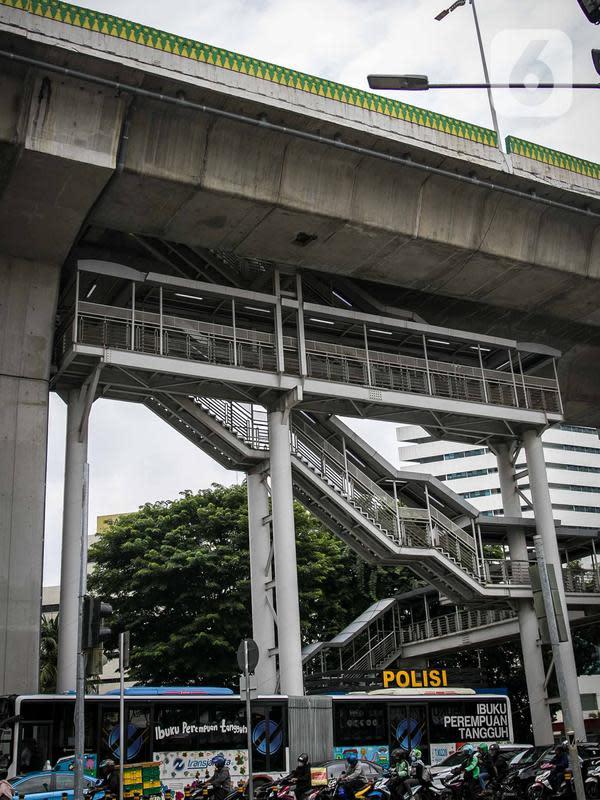 Kendaraan melintas di bawah halte Transjakarta CSW di Jalan Sisingamangaraja, Jakarta, Rabu (15/1/2020). Sejak jalur layang TransJakarta koridor 13 diresmikan pada tahun 2017, halte itu tak kunjung beroperasi karena terlalu tinggi dan dapat membahayakan para pengguna. (Liputan6.com/Faizal Fanani)
