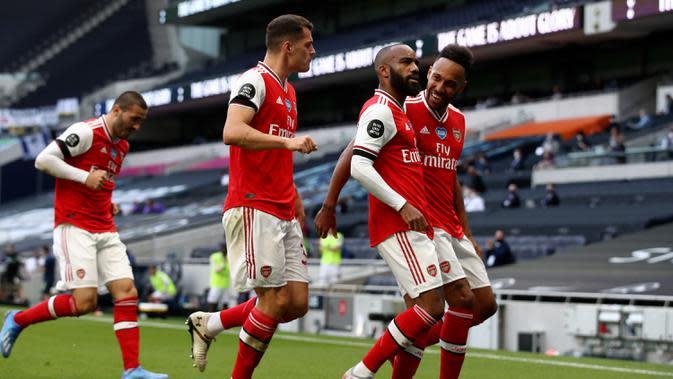 Penyerang Arsenal, Alexandre Lacazette (kedua kanan) berselebrasi usai mencetak gol ke gawang Tottenham Hotspur pada pertandingan lanjutan Liga Inggris di Stadion Tottenham Hotspur di London, Inggris, Minggu (12/7/2020). Tottenham menang tipis atas Arsenal 2-1. (Tim Goode/Pool via AP)