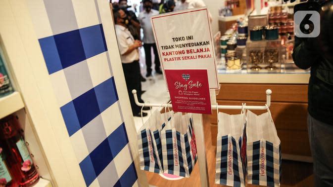 Salah satu gerai menyediakan kantong belanja dari kertas untuk pengunjung Mall Grand Indonesia, Jakarta, Rabu (1/7/2020). Hari pertama larangan penggunaan kantong plastik di Jakarta, pusat perbelanjaan ini menerapkan penggunaan kantong belanja ramah lingkungan (KBRL). (Liputan6.com/Faizal Fanani)