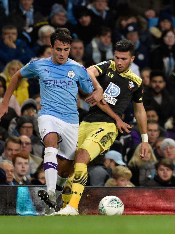 Bek tengah Manchester City, Eric Garcia berebut bola dengan pemain Southampton, Shane Long pada babak ketiga Carabao Cup 2019/2020 di Stadion Etihad, Selasa (29/10/2019). Manchester City melaju mulus ke perempat final setelah menang 3-1 atas Southampton. (AP/Rui Vieira)
