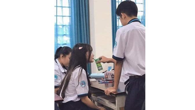6 Kelakuan Bucin di Sekolah Ini Bikin Elus Dada (sumber: Instagram.com/sukijan.id)