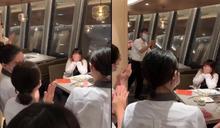 失戀獨吃海底撈「慶祝分手」 女突遭5員工包圍獻驚喜