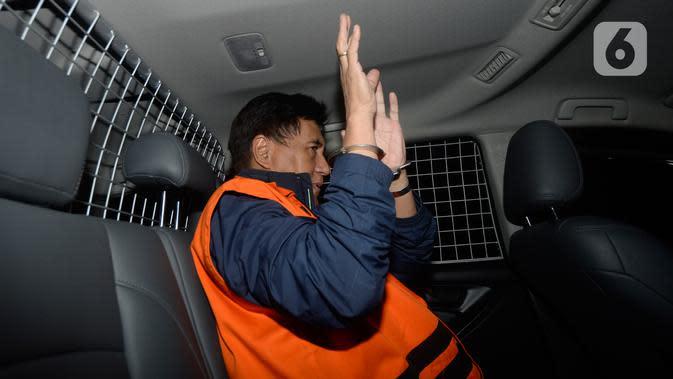 Direktur Utama PT CMI Teknologi Rahardjo Pratjinho berada di mobil tahanan seusai pemeriksaan di Gedung KPK, Selasa (14/01/2020). KPK resmi menahan Rahardjo dalam kasus dugaan korupsi pengadaan perangkat transportasi informasi terintegrasi tahun anggaran 2016 di Bakamla. (merdeka.com/Dwi Narwoko)