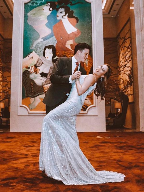 Mike Lewis dan kekasihnya, Janisaa Pradja, melangsungkan pertunangan di Raffles Hotel Jakarta pada Jumat (15/11/2019) lalu. (Sumber: Instagram/@janisaas)