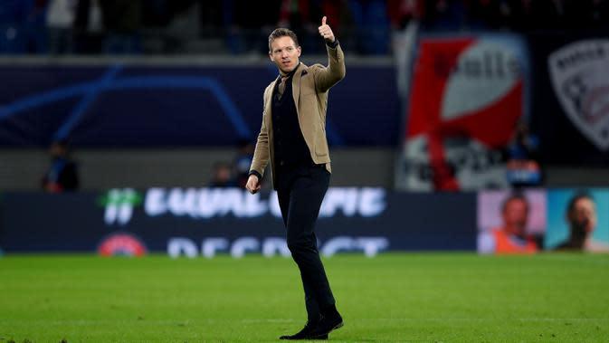 Pelatih RB Leipzig, Julian Nagelsmann memberikan jempol kepada fans usai pertandingan melawan Tottenham Hotspur pada leg kedua babak 16 besar Liga Champions di Red Bull Arena, Jerman (10/3/2020). RB Leipzig menang telak 3-0 atas Tottenham. (AFP/Ronny Hartmann)
