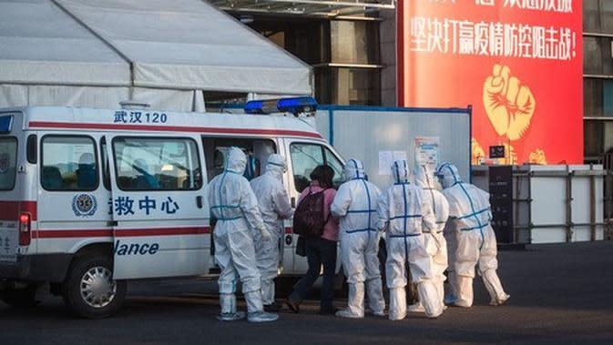 Staf medis menerima seorang pasien yang terinfeksi Virus Corona di sebuah rumah sakit darurat yang sebelumnya merupakan gedung olahraga Wuhan Sports Center di Wuhan, Provinsi Hubei, China tengah. (Xinhua/Xiao Yijiu)