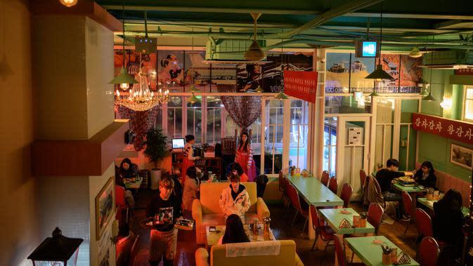 Suasana aktivitas pengunjung Pyeongyang Bar di Distrik Hongdae, Seoul, Korea Selatan, Jumat (10/1/2020). Pyeongyang Bar hadir untuk memberikan sensasi kehidupan malam Korea Utara kepada warga Korea Selatan. (ED JONES/AFP)