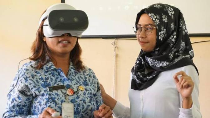 Sejumlah guru memakai VR headset. Dok: Shinta VR