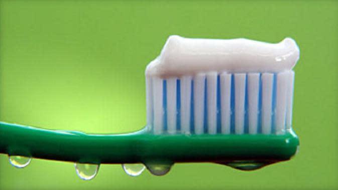 Sikat gigi dibasahi setelah diolesi odol. (iStockphoto)