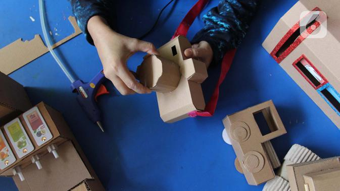 Perajin menyelesaikan pembuatan mainan dari kardus di Rumah Mainan Kardus, Depok, Jawa Barat, Kamis (1/10/2020). Mainan berbahan baku kardus tersebut dijual dengan harga Ro 50 ribu hingga Rp 1.200.000 tergantung besar kecil ukuranya dan tingkat kesulitan. (merdeka.com/Arie Basuki)