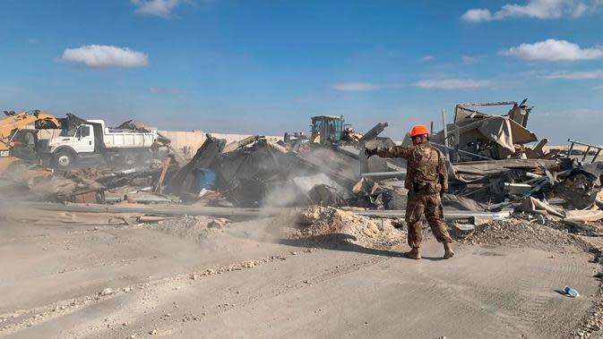 Tentara AS membersihkan puing-puing dari bekas pemboman Iran di pangkalan udara Ain al-Asad, Anbar, Irak, Senin (13/1/2020). Iran menghujani pangkalan militer AS tersebut dengan rudal sebagai balasan atas kematian Jenderal Qasem Soleimani. (AP Photo/Ali Abdul Hassan)