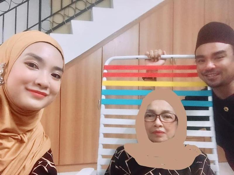 Ben (right) along with his mother (middle) and sister (left) celebrating Hari Raya together. — Photo courtesy of Facebook/ Azian Shaharuddin