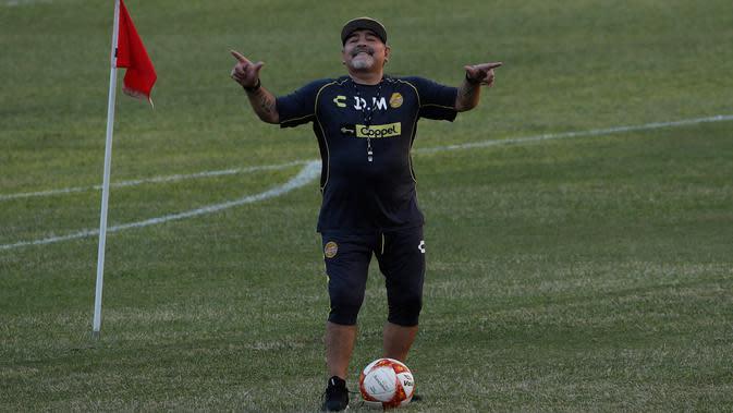 Legenda Argentina, Diego Maradona menari di lapangan selama latihan di Stadion Banorte, Meksiko,(10/9). Maradona sendiri pernah menangani beberapa klub dan sempat melatih timnas Argentina. (AP Photo/Marco Ugarte)
