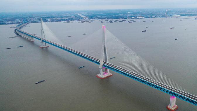 Foto dari udara menunjukkan pemandangan jembatan yang menghubungkan Nantong dan Zhangjiagang di Provinsi Jiangsu, China, Senin (29/6/2020). Jembatan jalan raya dan kereta api kabel pancang tersebut dibuka untuk lalu lintas pada 1 Juli. (Xinhua/Ji Chunpeng)
