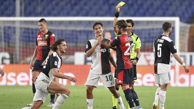 Pemain Genoa Lasse Schone (ketiga kanan) ditunjukkan kartu kuning setelah dia menjatuhkan pemain Juventus Adrien Rabiot (kiri) pada pertandingan Serie A di Stadion Luigi Ferraris, Genoa, Italia, Selasa (30/6/2020). Juventus mengalahan Genoa 3-1. (Tano Pecoraro/LaPresse via AP)