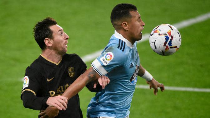 Penyerang Barcelona, Lionel Messi, berebut bola dengan bek Celta Vigo, Jeison Murillo, pada laga lanjutan Liga Spanyol di Stadion Balaidos, Jumat (2/10/2020) dini hari WIB. Barcelona menang 3-0 atas Celta Vigo. (AFP/Miguel Riopa)