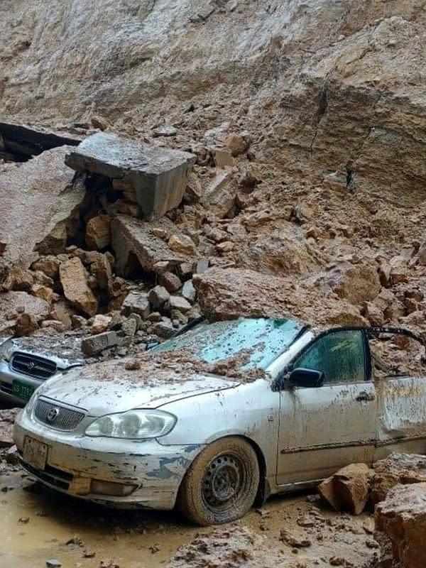 Sejumlah kendaraan tertimbun reruntuhan setelah hujan monsun mengguyur deras di Kota Karachi, Pakistan, 25 Agustus 2020. Hujan memicu berbagai kecelakaan termasuk sengatan listrik dan atap ambruk. (Xinhua/Str)