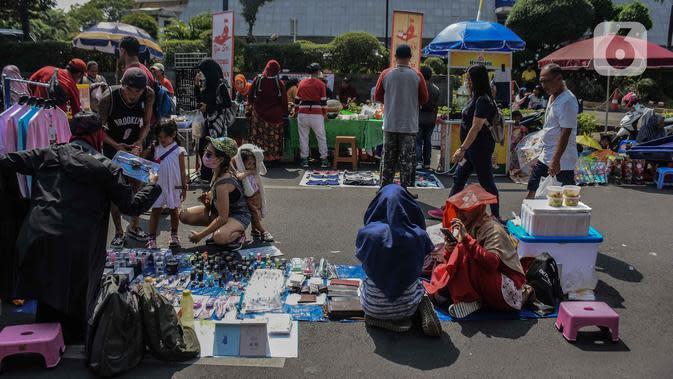 Pedagang kaki lima (PKL) berjualan di kawasan Jalan Sumenep, Jakarta, Minggu (17/11/2019). Jalan Sumenep dan Jalan Pamekasan merupakan titik yang sudah ditentukan untuk berjualan saat car free day (CFD). (Liputan6.com/Faizal Fanani)