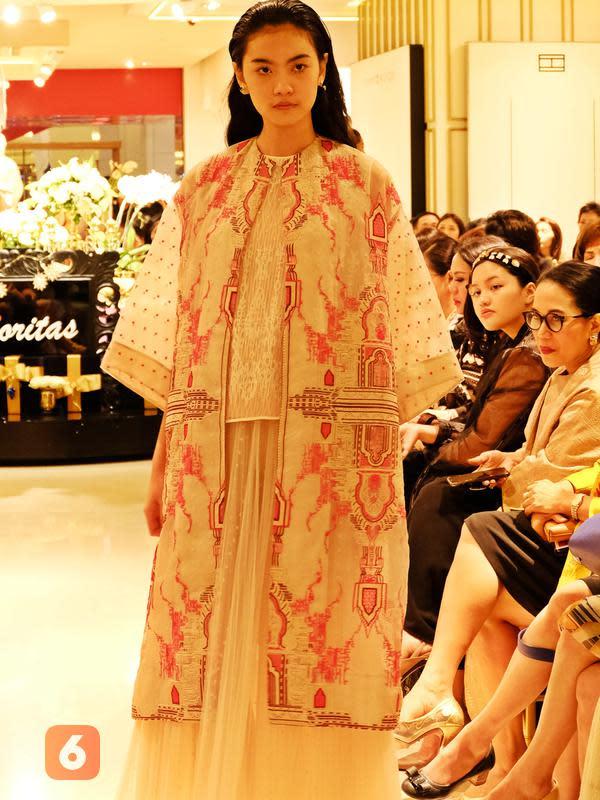 Koleksi ready to wear Sapto Tjojokartiko di trunk show Golden Night Galeries Lafayette, Pacific Place, Jakarta, 14 November 2019. (Liputan6.com/Asnida Riani)