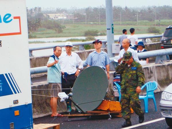 2009年莫拉克風災造成南部斷電、斷通訊,謝繼茂(左3)時任副總經理親赴災區勘災。(謝繼茂提供)