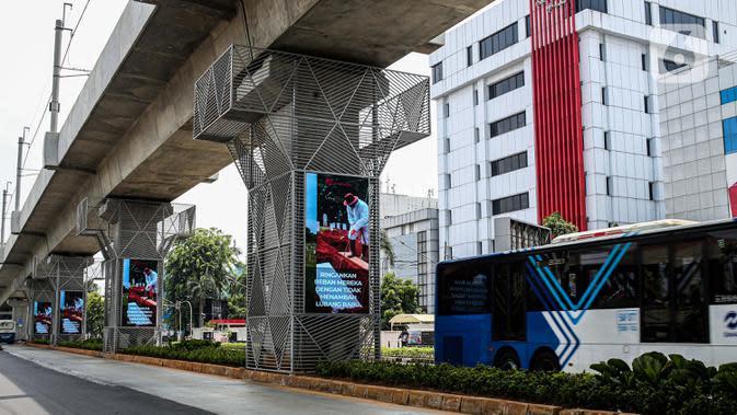 Bus TransJakarta melintas di bawah Stasiun MRT Haji Nawi, Jakarta, Minggu (4/10/2020). PT Mass Rapid Transit atau MRT Jakarta menyiapkan sejumlah pilar jalur MRT sebagai media iklan untuk mengembangkan bisnis di luar pendapatan tiket atau non-farebox. (Liputan6.com/Faizal Fanani)
