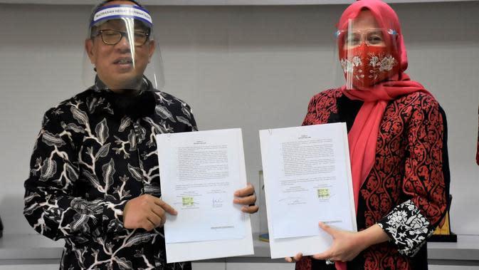 Penandatanganan kerja sama Indosat Ooredoo dan Kemenag oleh SVP Head of Regional Account & SME Indosat Ooredoo, Fuli Humaeroh dan Direktur Kurikulum Sarana Kelembagaan dan Kesiswaan Madrasah, A. Umar (Foto: Indosat Ooredoo)