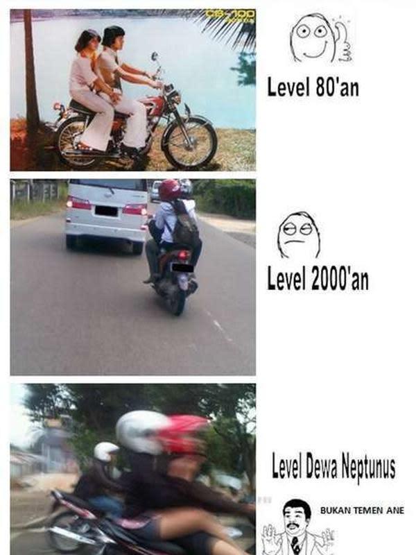 Meme naik motor boncengan (Sumber: 1cak.com)