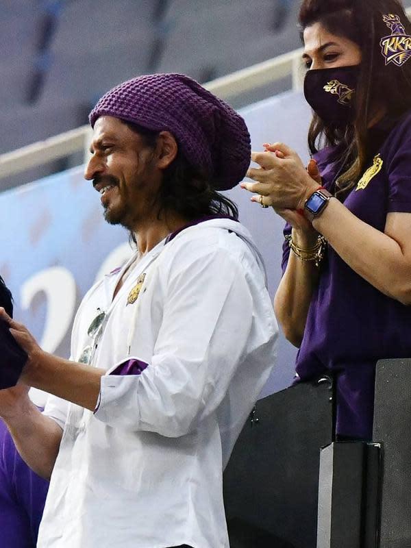 Shah Rukh Khan mencuri perhatian saat menonton IPL di Dubai, Uni Emirat Arab. Ia tampil dengan rambut panjang (Dok.Instagram/@kkriders/https://www.instagram.com/p/CFykLSNFkZx/Komarudin)