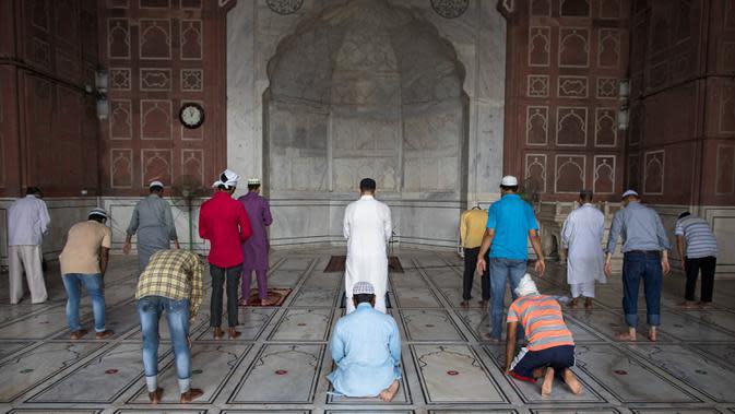 Umat Muslim melaksanakan salat dengan menjaga jarak ketika Masjid Jama dibuka kembali setelah pemerintah melonggarkan lockdown di kawasan Kota Tua Delhi, Selasa (7/7/2020). India pada 6 Juli menjadi negara dengan jumlah virus corona tertinggi ketiga di dunia. (XAVIER GALIANA/AFP)