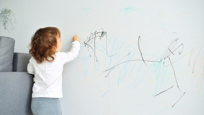 Manfaat Coret-Coret Dinding Bagi Anak (KayaMe/Shutterstock)