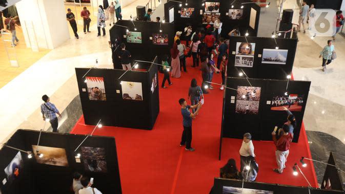 Suasana pameran foto Membangun Indonesia di Mall Neo Soho, Jakarta, Minggu (10/11/2019). Pameran menampilkan foto-foto jurnalistik mengenai pembangunan Indonesia yang dikerjakan Jokowi-JK selama 5 tahun bekerja dan akan berlangsung hingga 17/11. (Liputan6.com/Angga Yuniar)