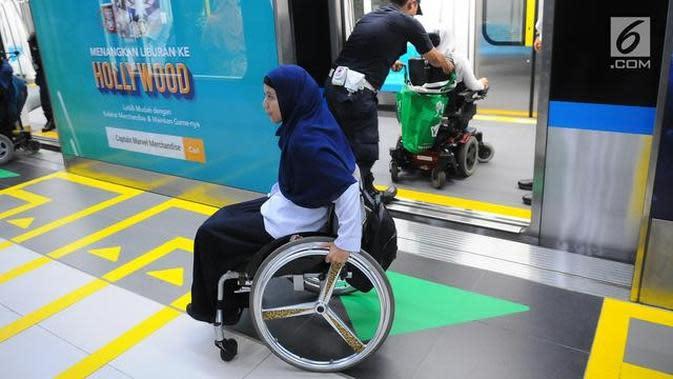 Seorang penyandang disabilitas di stasiun kereta api