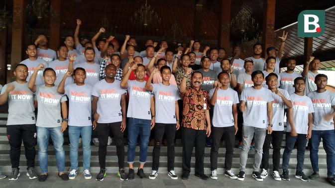 Skuat Persis Solo berfoto bersama dengan Wali Kota FX Hadi Rudyatmo di Balaikota Surakarta, Jumat (13/3/2020). (Bola.com/Vincentius Atmaja)