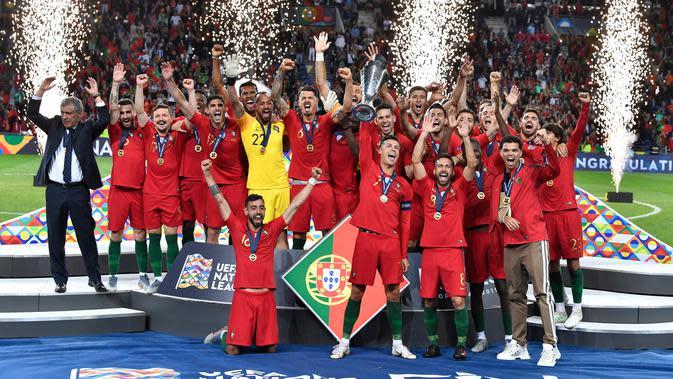 Portugal berselebrasi setelah berhasil memenangkan Piala UEFA Nations League usai mengalahkan Belanda dalam pertandingan final di Estadio do Dragao, Porto (10/6/2019). Portugal berhasil mengalahkan Belanda 1-0, berkat gol Goncalo Guedes. (AP Photo/Martin Meissner)