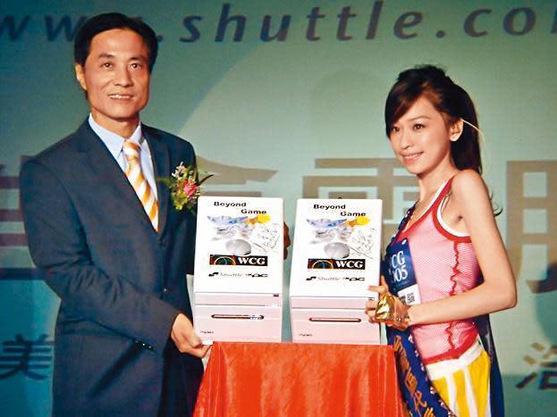 余宏輝(左)2005年擔任浩鑫電腦董事長期間,曾找來歌手王心凌(右)代言。(翻攝自巴哈姆特)