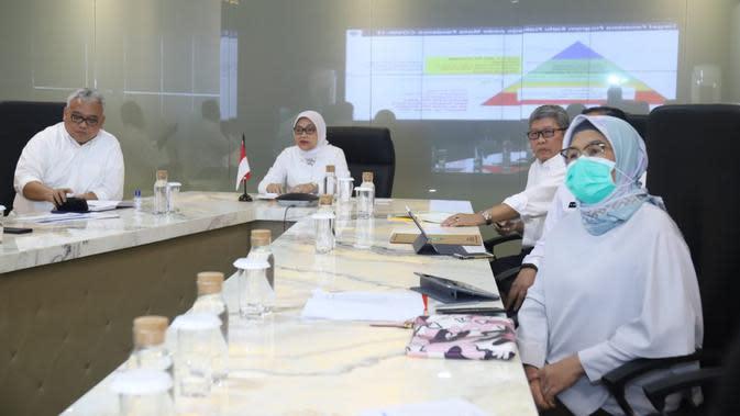 Menteri Ketenagakerjaan Ida Fauziyah saat Rakor program Kartu Prakerja melalui teleconference dengan para Kadisnaker se-Indonesia di kantor Kemnaker, Jakarta, Rabu (1/4/2020).